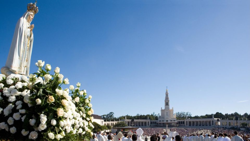 Pilgrims-at-the-Shrine-of-Fatima